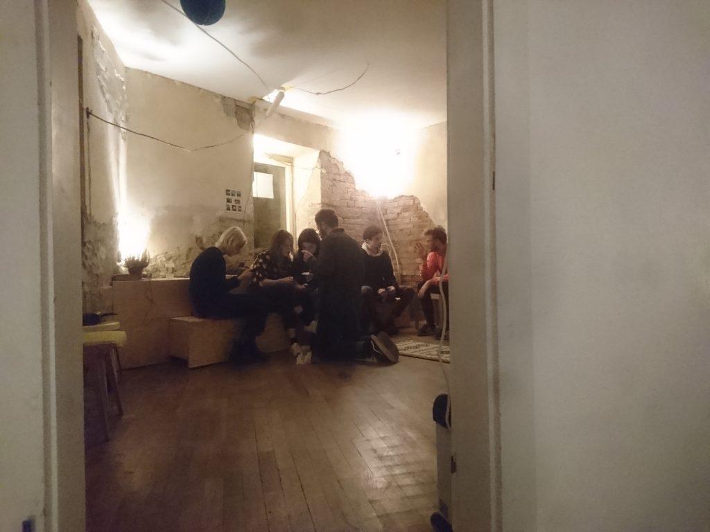 Ein Raum zum mieten mit gemütlicher Bank, ansprechendem Boden und schönem Licht